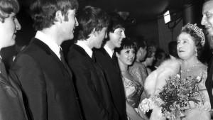 """I Beatles vengono presentati alla Regina Madre in occasione della loro apparizione alla """"Royal Command Performance"""" al """"Prince Of Wales Theatre"""" di Londra il 4 novembre 1963."""
